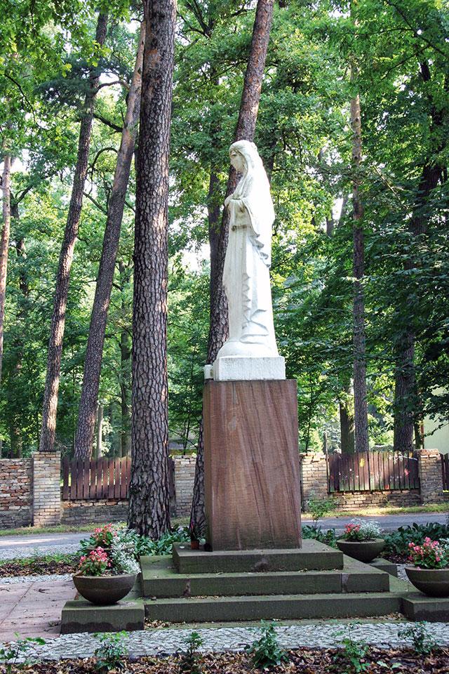 Skwer im. księdza Bronisława Kolasińskiego i figurka Matki Boskiej